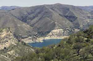 Озеро в горах Сьерра-Невада