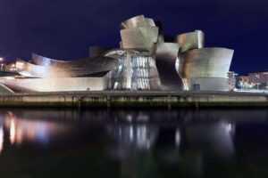 Музей Гуггенхайма в ночное время