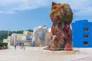 Щенок из цветов у музея в Бильбао