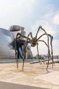 Паучиха работы Луизы Буржуа у музея Гуггенхайма